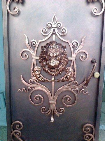 кованый лев для входной двери