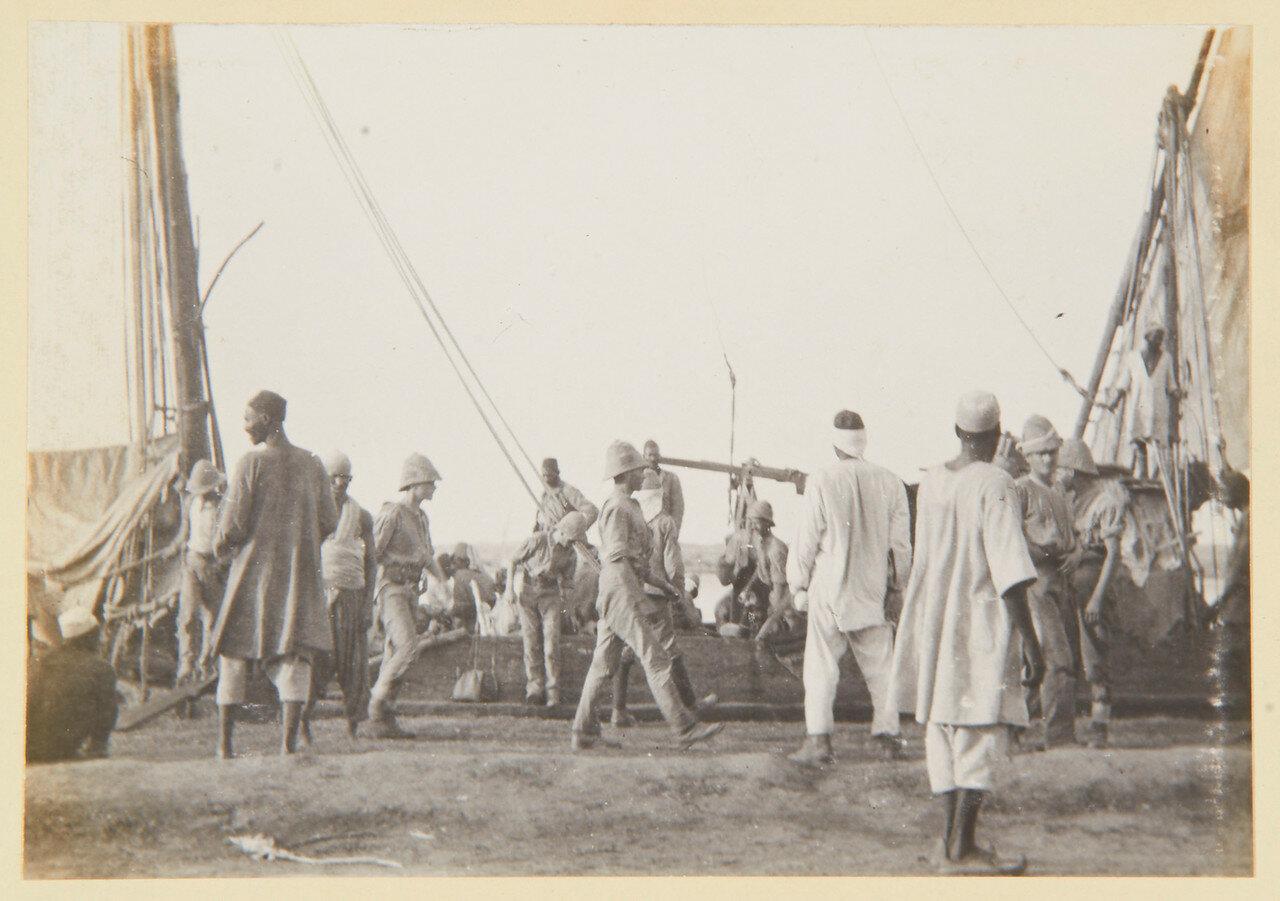 Пулеметная батарея Максимов Королевской артиллерии с капитаном Смитоном оставляет Омдурман