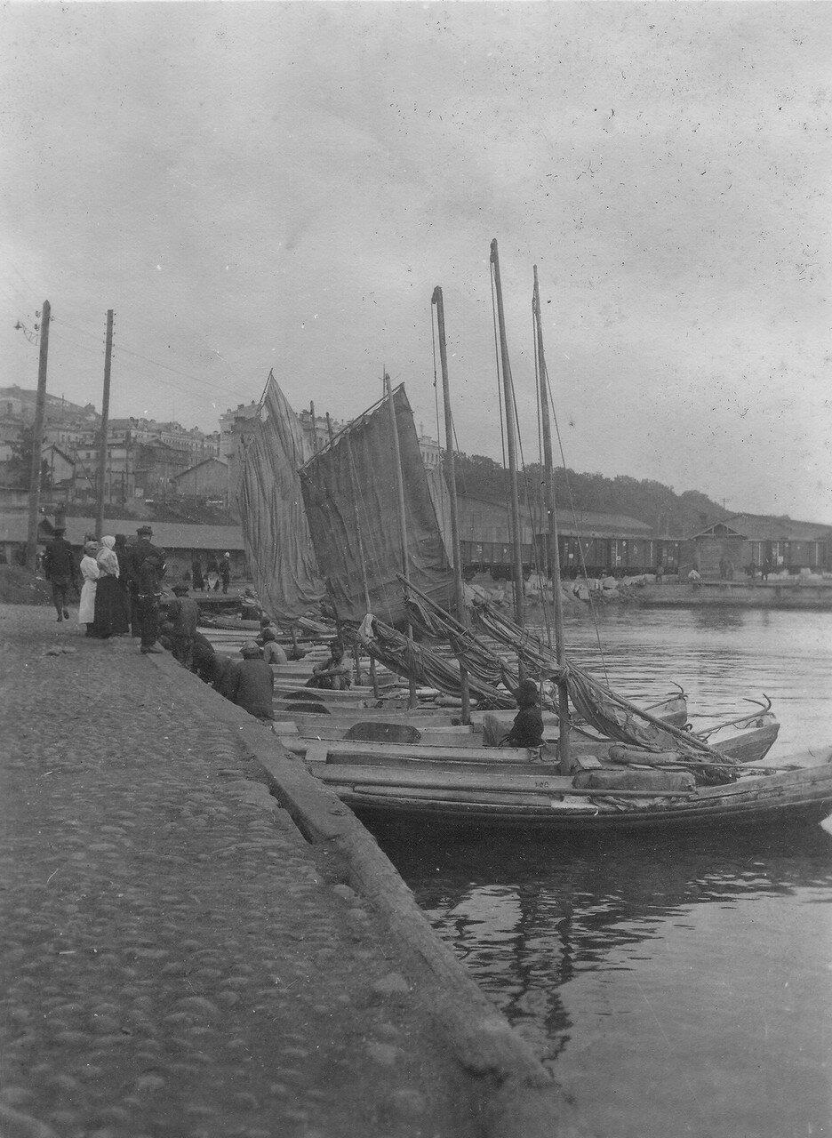 Лодки-шампунки у городской пристани
