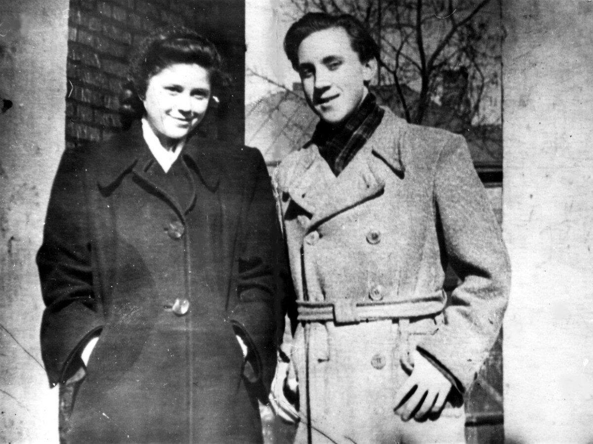1955. Светлана Закурдаева и Владимир Высоцкий на Большом Каретном. 5 марта