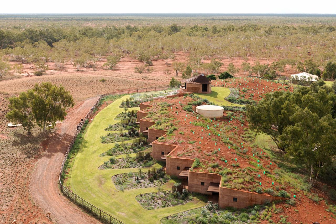 Великая Китайская стена в Австралии: 12 резиденций под земляной насыпью