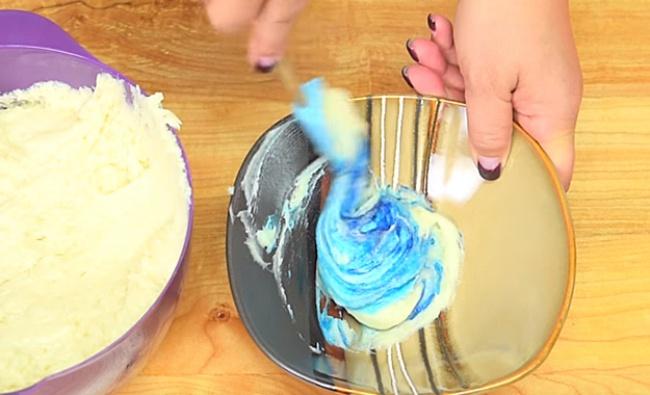 Отделите 1чайную чашку теста иокрасьте еевчерный цвет, 1,5 чашки разделите на5частей иокрасьт