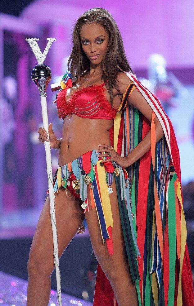 11. В 2005 году Тайра Бэнкс была королевой. Настоящей, со скипетром.