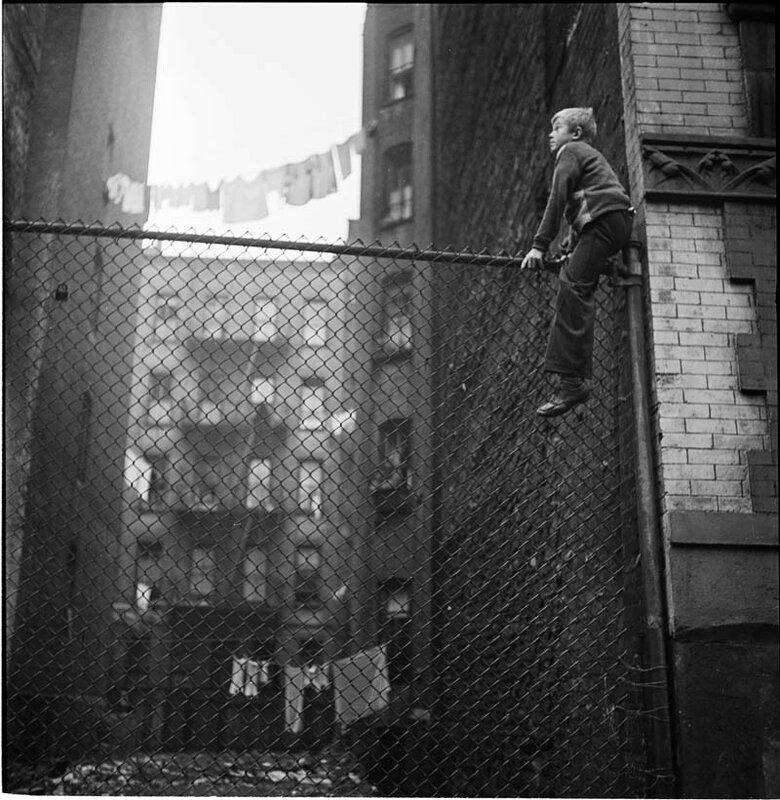 Чистильщики обуви на заборе, 1947 год