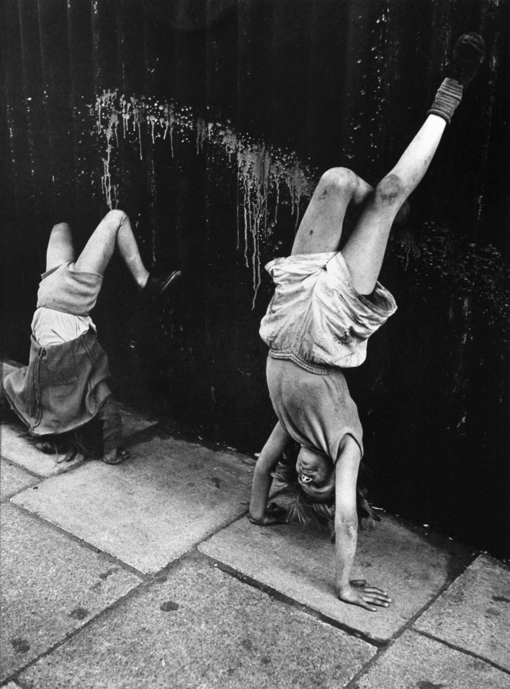 1956. Девочки делают стойку на руках. Соутхэм стрит,Лондон