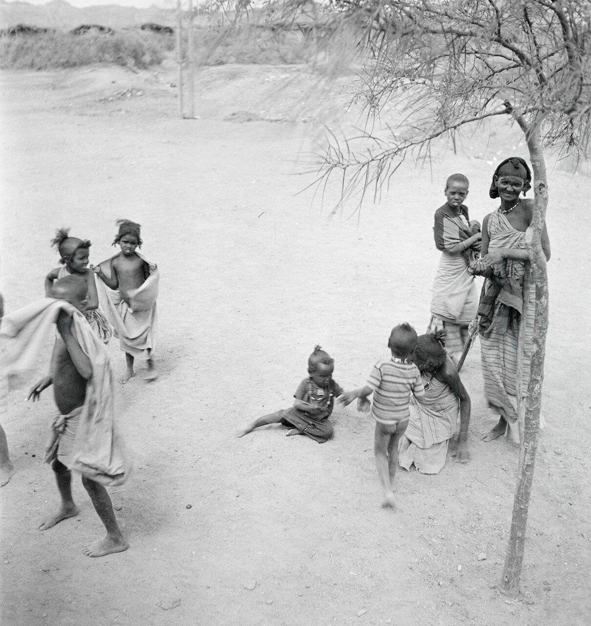 Абиссинская женщина с детьми