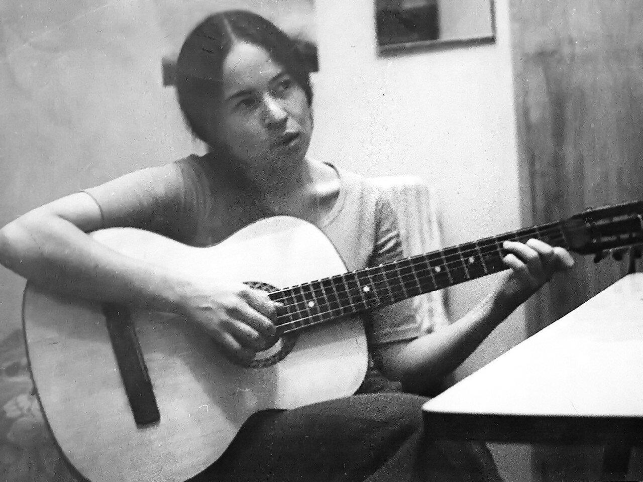 1970. Оля Дмитриева (ЭТ-эп-69) с гитарой неразлучною