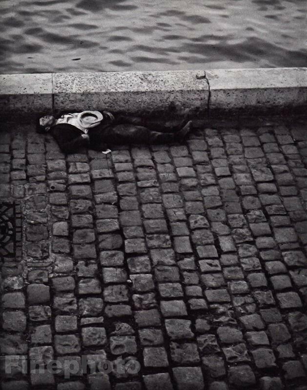 1932. Клошар на берегу Сены