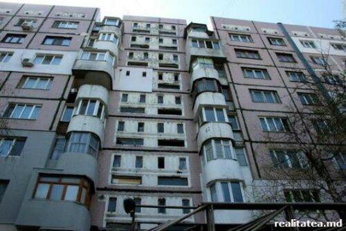 Женщина пыталась покончить с собой, выпрыгнув из многоэтажки