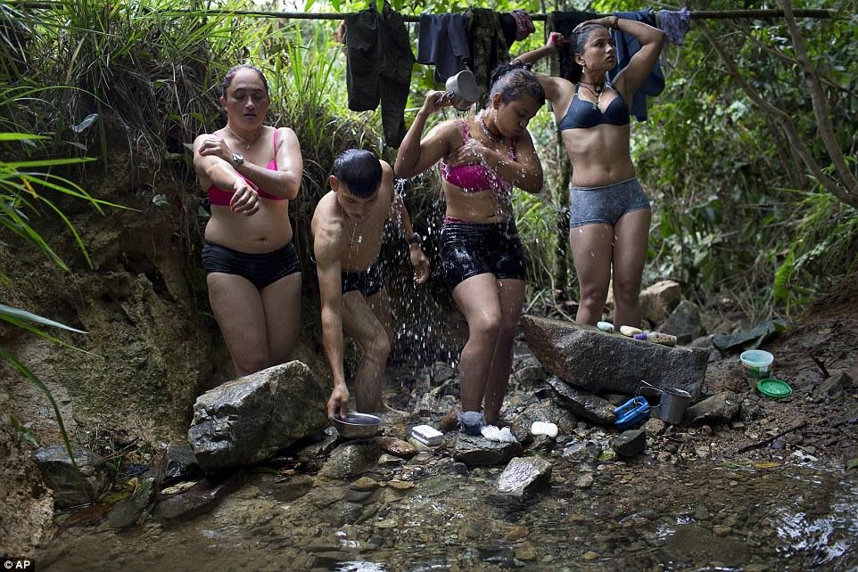 Девушка моется на реке видео фото 12-160