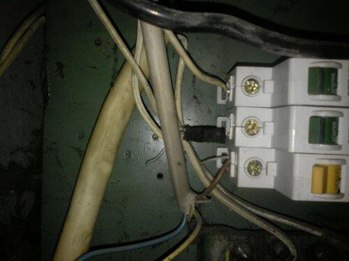 Срочный вызов электрика аварийной службы в квартиру после странного отключения электроснабжения