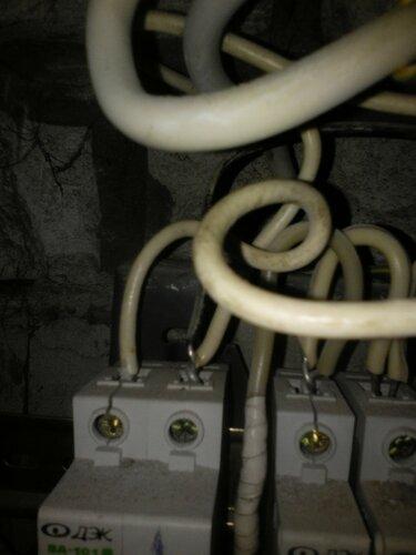 Срочный вызов электрика аварийной службы в квартиру из-за подгорания нулевой шины