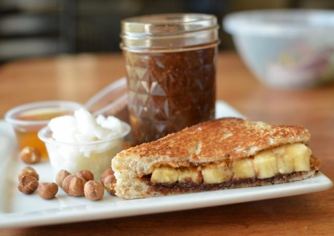 Вам понадобится: 1спелый большой банан 4куска хлеба для сэндвичей 2ст.л. жареного миндаля 60г н