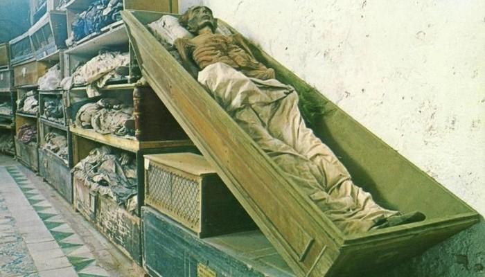 Монахи-капуцины брали деньги на содержание огромных катакомб у родственников умерших. Каждое новое т