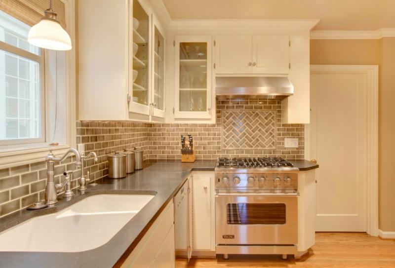 Дизайн кухни в светлых оттенках фото 7