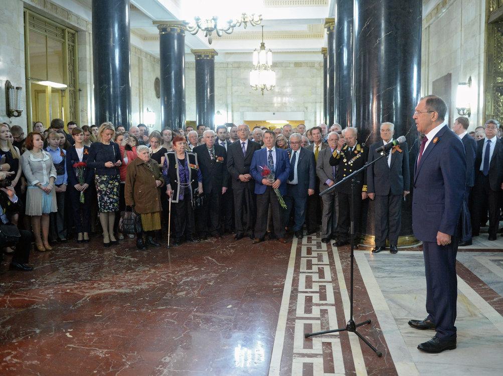 Возложение цветов к мемориальным доскам по случаю празднования 70-й годовщины Победы главой МИД РФ С.Лавровым