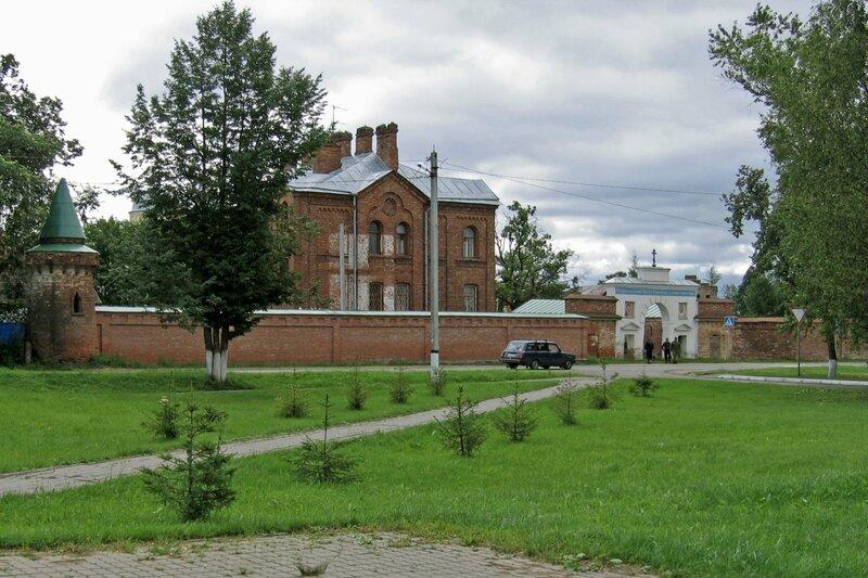 Ограда, Святые врата и Западный корпус, Староладожский Успенский монастырь