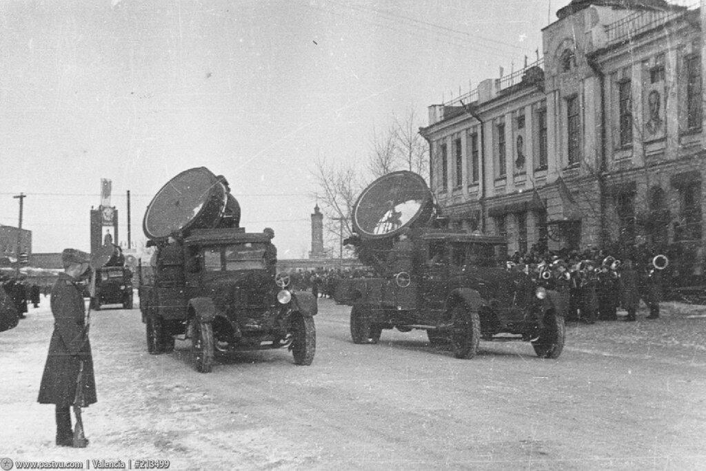 7 ноября 1945г. Прожекторные установки училища на параде..jpg