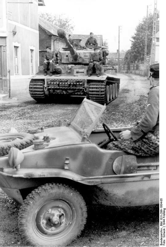 Frankreich, Panzer VI (Tiger I) in Ortschaft