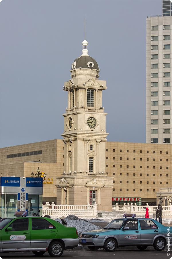 башня с часами в классическом стиле в центре Маньчжурии