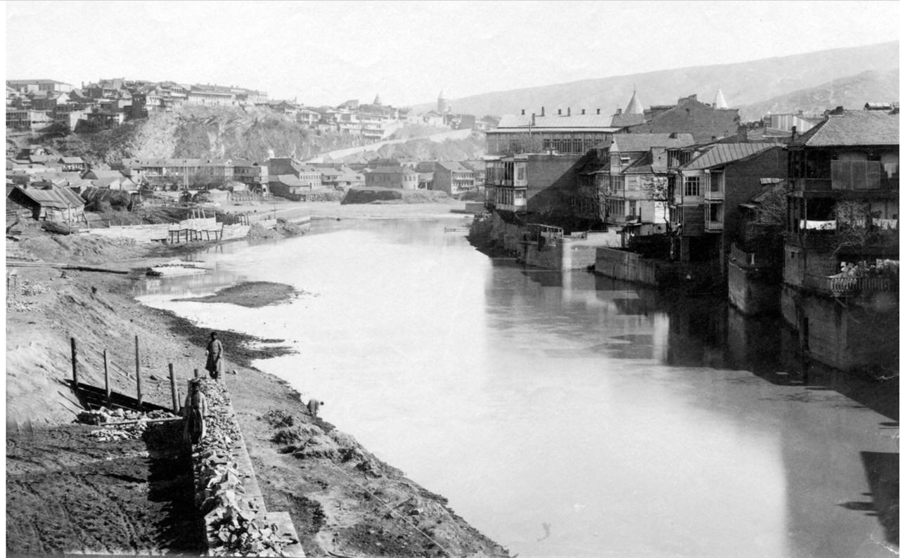 Вид с Михайловского моста на набережную и Авлабар