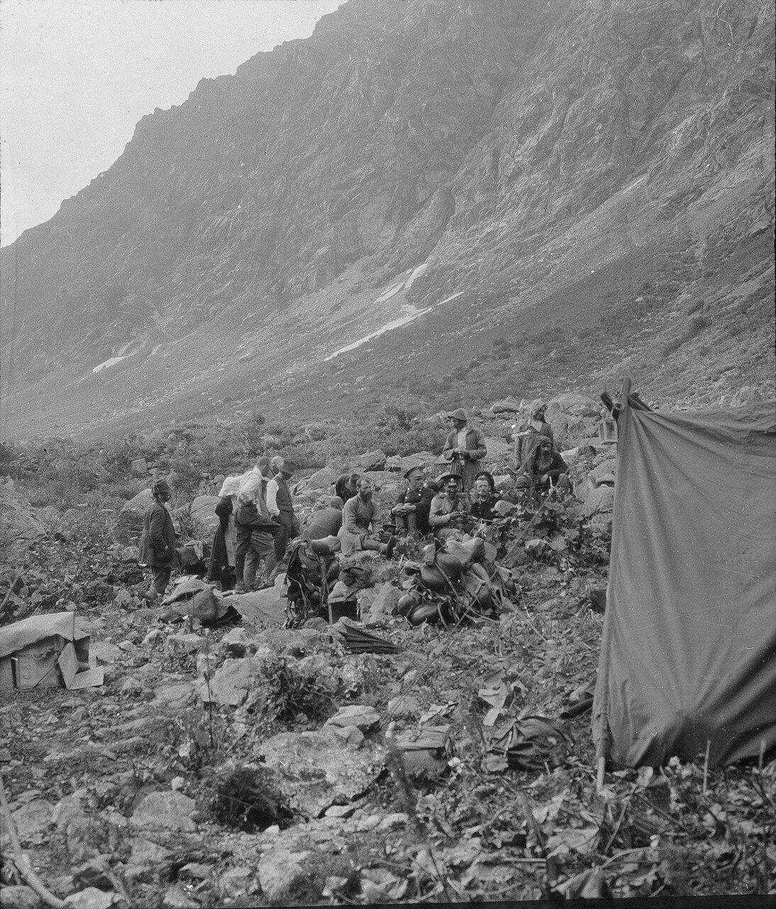 Лагерь Начар. Палатка и группа людей