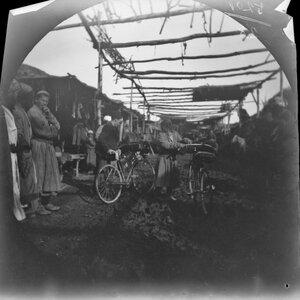 19 ноября. Чиназ. Томас Аллен с велосипедом на базаре