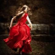 Убегающая девушка в красном