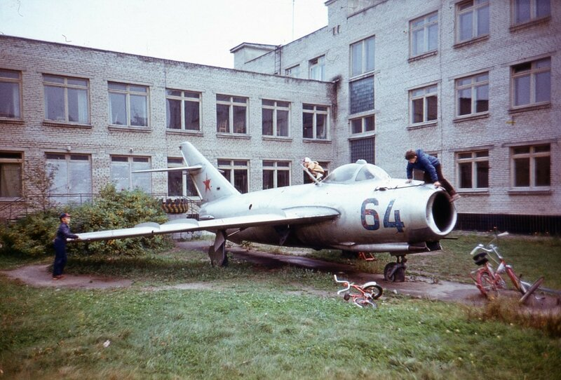 Балаших. Самолет во дворе школы, 1980-1983.jpg