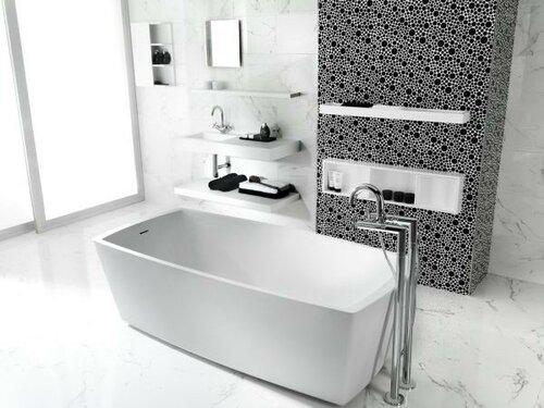 Ванная комната с прямоугольной ванной