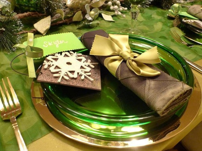 Сервировка стола может включать оригинальную композицию изеловых ветвей. Для этого лучше использова