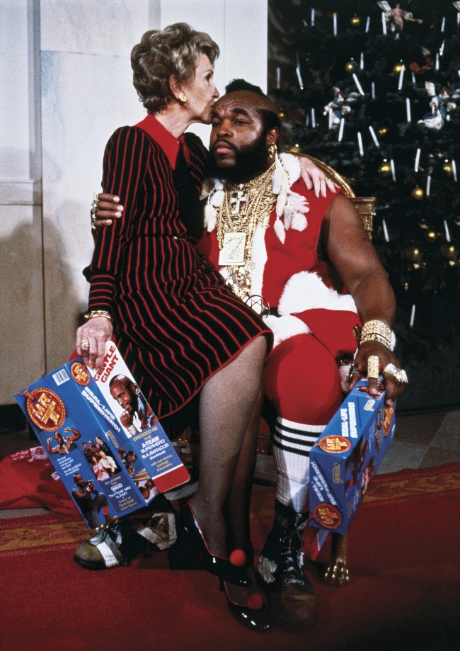Нэнси Рейган наколенях МистераТи, известного американского актера.