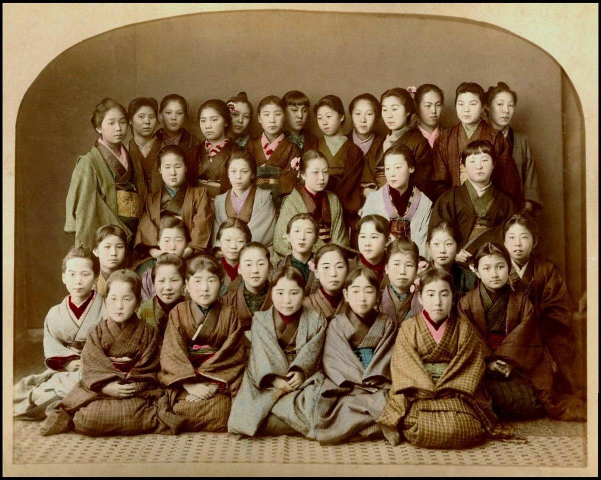 Группа школьниц