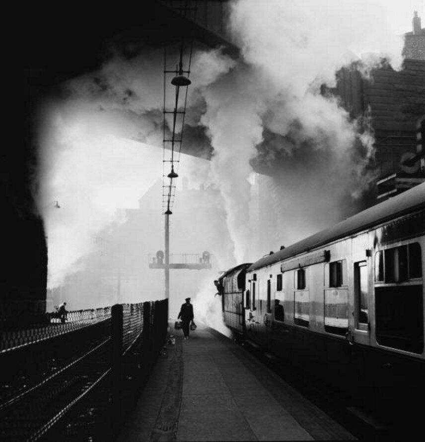 1954. Поезд начинает свой путь от железнодорожного вокзала на Лайм-стрит в Ливерпуле