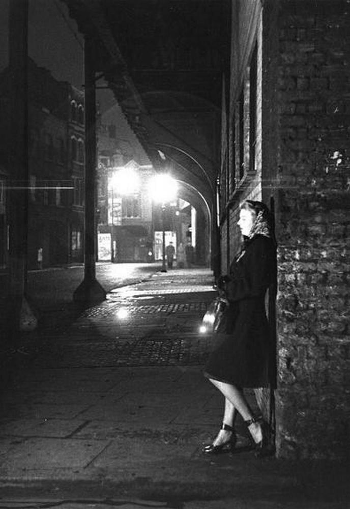 1949. Молодая женщина ждет на углу улицы. Лондон