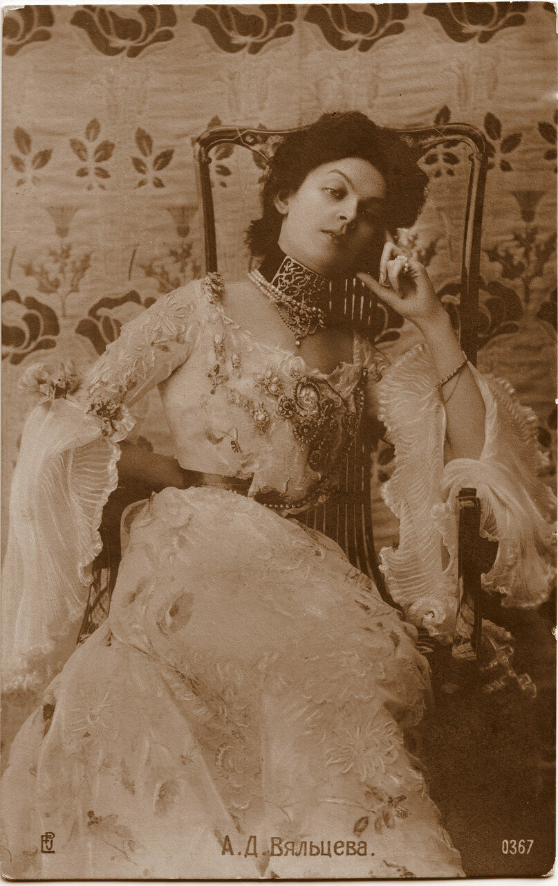 Вяльцева Анастасия Дмитриевна. 5 (18) февраля в возрасте 41 года Вяльцева скончалась. Могила Вяльцевой находится на Никольском кладбище Александро-Невской лавры.
