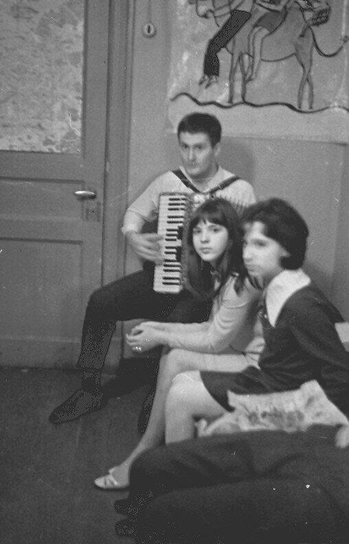1969. Зигфрид Зейгерт играет на аккордеоне. Общага, декабрь
