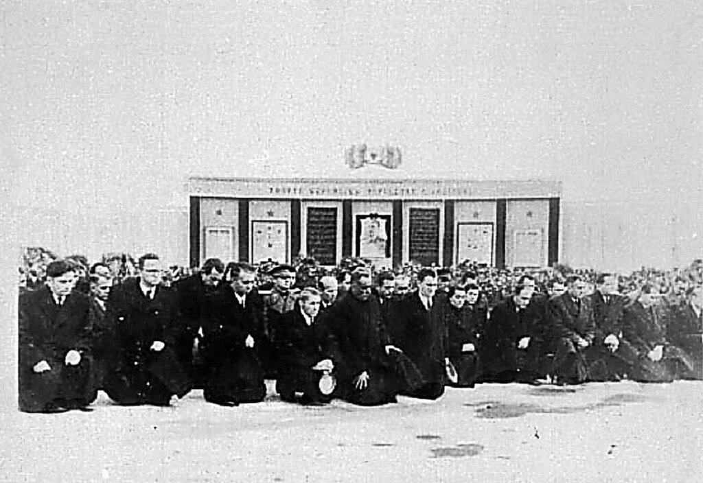 Лидеры Албании на коленях, на траурном митинге , 6 марта 1953-го года.
