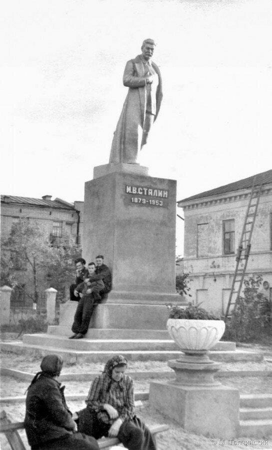 Балашов. Памятник Сталину в Куйбышевском парке.jpg