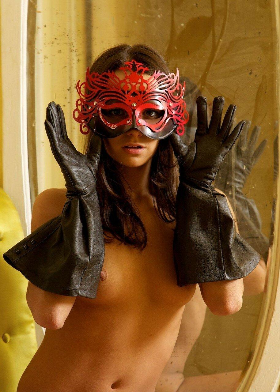 Брюнетка голая в маске