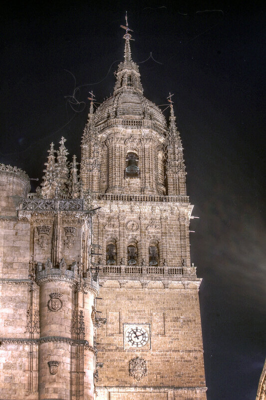 Ночная Саламанка. Кафедральный собор. Башня. HDR