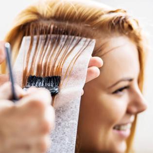 Красят волосы