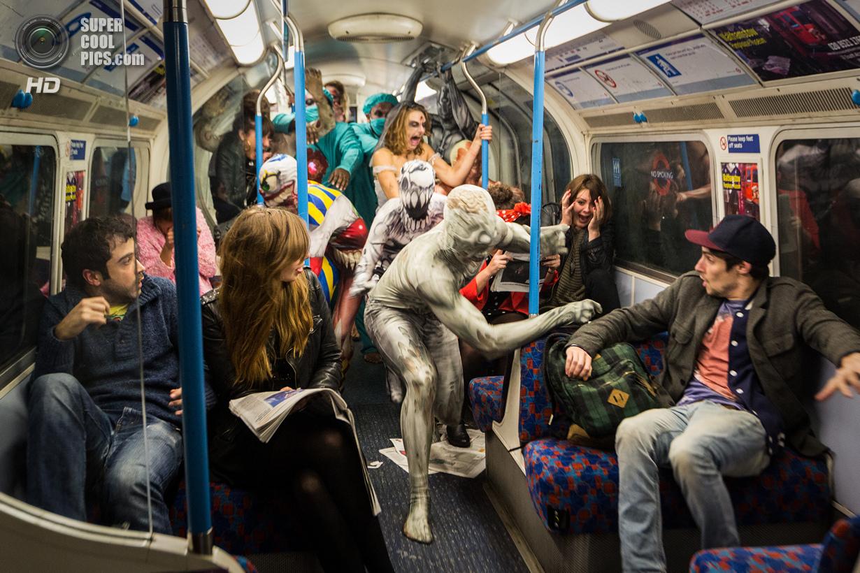 Хоррор-моб в лондонском метро (8 фото)