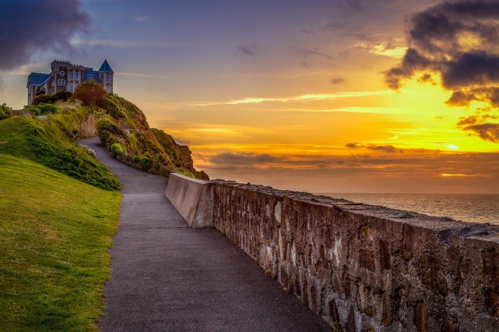 Девон— живописное графство вАнглии, омываемое Бристольским заливом иЛа-Маншем. Некогда здесь была