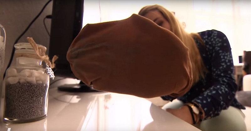4. Небольшие участки скопления шерсти почисти с помощью скотча или липкой ленты. Можно также о