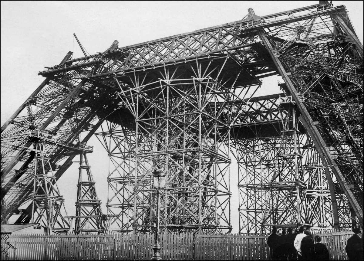 Части башни подымались на высоту с помощью рельсовых кранов и ко Дню взятия Бастилии, 14 июля 1888 г
