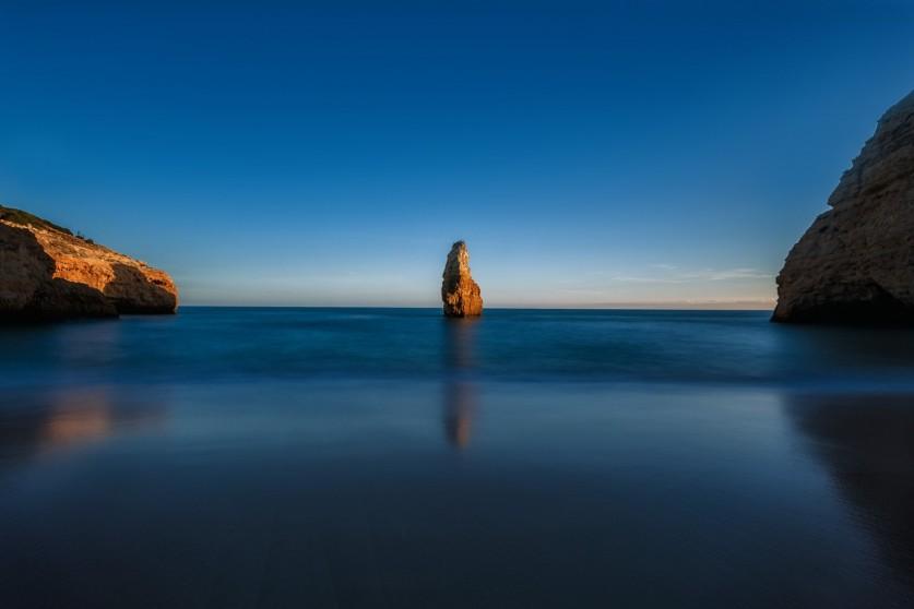 Маяк мыса Сан-Висента— яркий кулон вцепочке золотых пляжей юга Португалии.