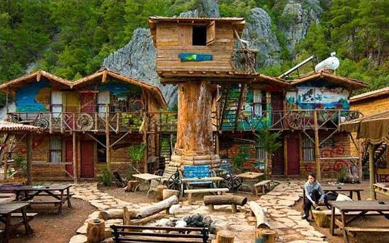 Цены: 12 евро за сутки в 6-местной комнате, 22 евро за одного человека в двухместном номере.