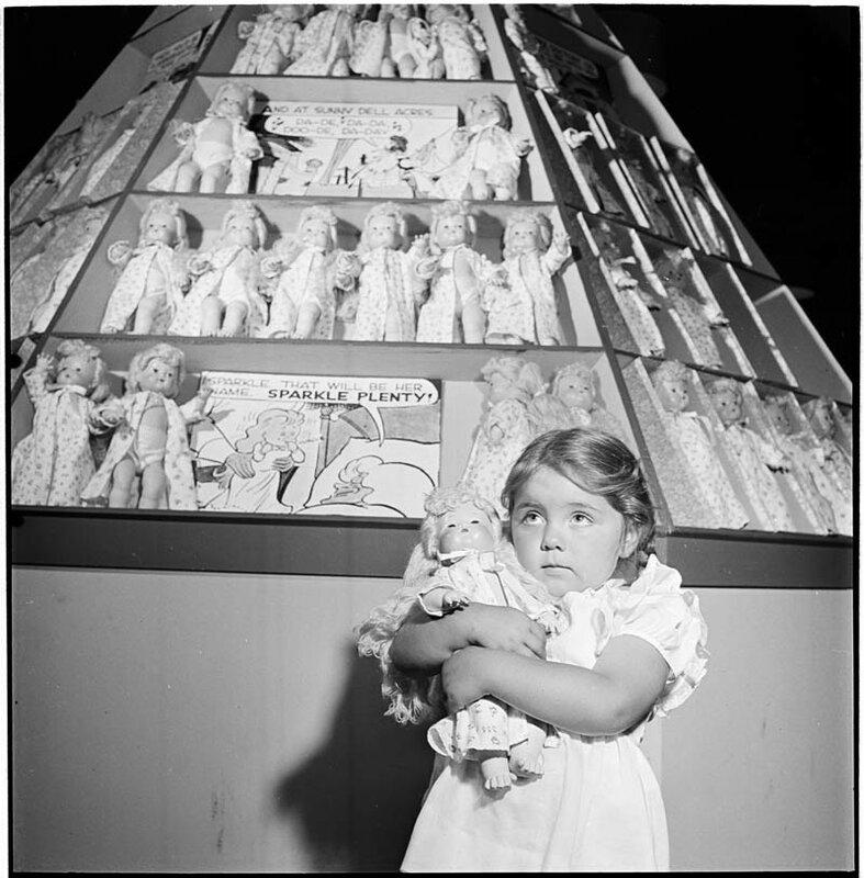 Девочка и куклы, 1947 год