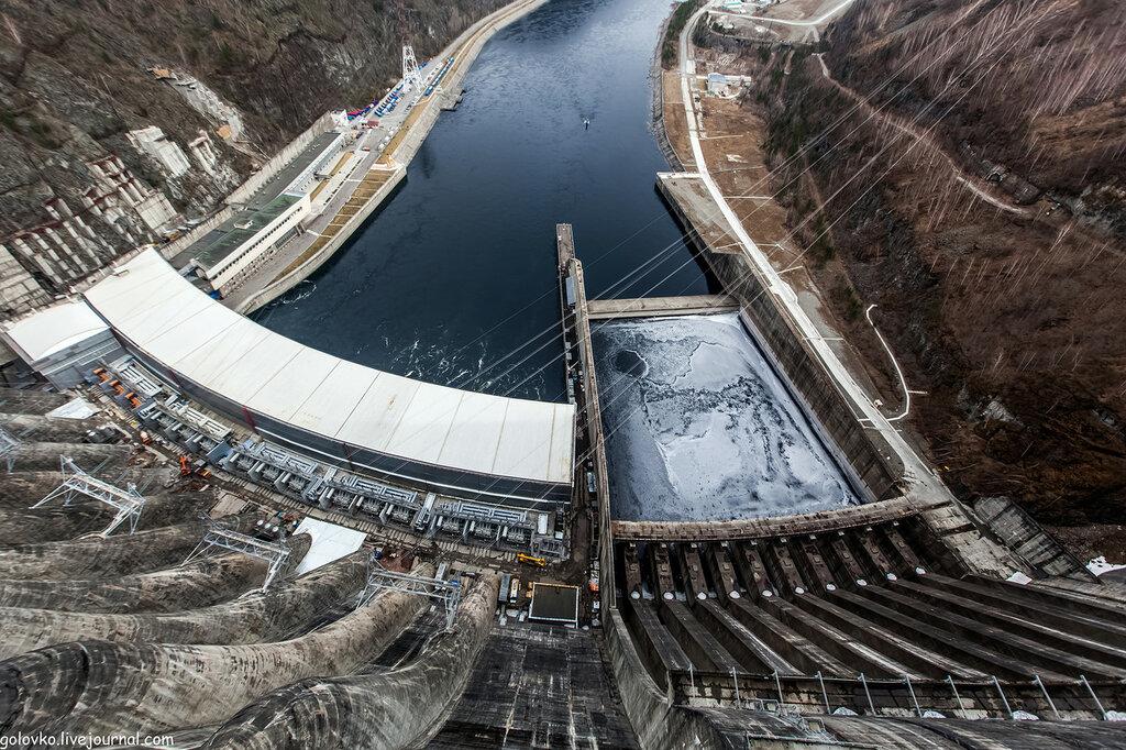 Саяно - Шушенская ГЭС - самая крупная гидроэлектростанция в России